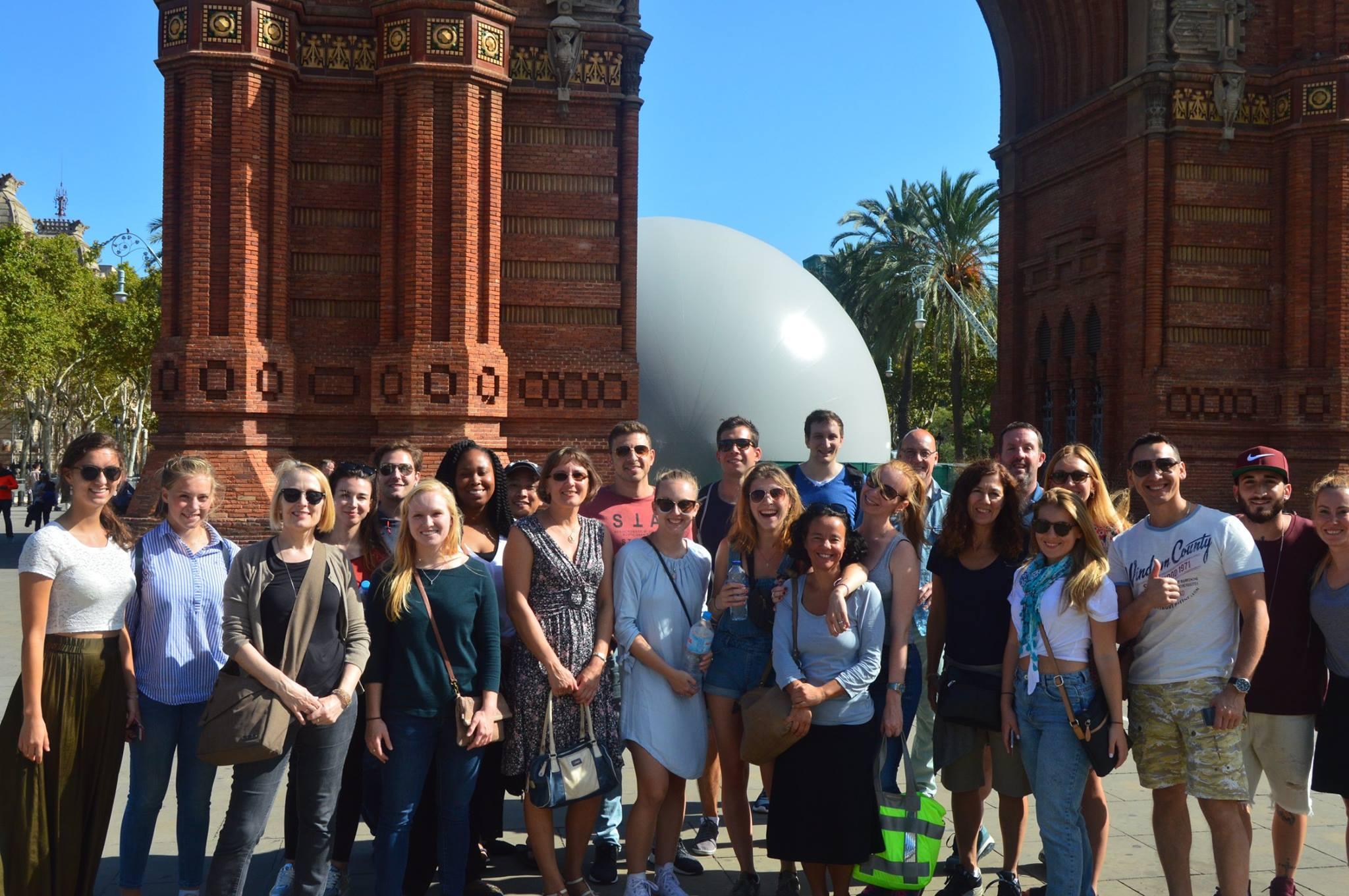 Unsere Schueler im Arc de Triomf Barcelona